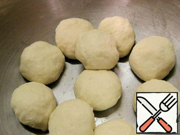 "Divide the dough into balls with a diameter of about 2.5 cm. When all the dough is divided into balls, give them ""rest"" for 10 minutes."