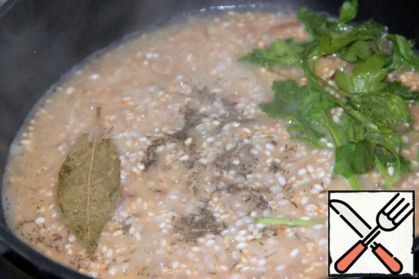 Add the broth. Add the sprigs of parsley, thyme, salt, Bay leaf and cook over low heat until the liquid evaporates and the rice is ready (about 15 min.)