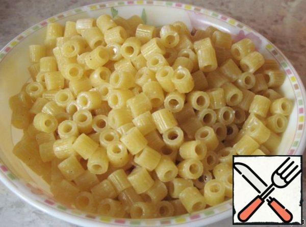 Throw the pasta in a colander, liquid (milk) to collect (do not pour, we still need milk).