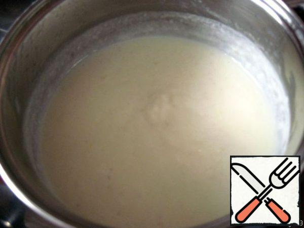 Pour the milk in a thin stream (which we put in a separate saucepan) and cook over medium heat until the mixture begins to thicken. At this stage, try whether there is enough salt and spices.