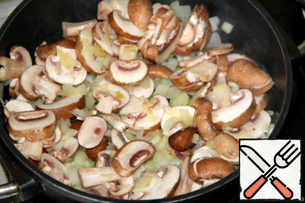 Onions cut into small cubes and mushrooms - plates. (I took brown champignons -they are more fragrant, but you can use other mushrooms) Heat the butter (vegetable) in a frying pan and fry the onion slightly first, and then add the mushrooms and fry all together until the liquid evaporates. Remove from heat.