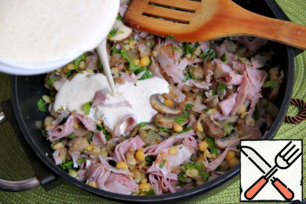 Finely chop the parsley leaves. Ham or other cooked ham (I used ham to Prosciutto) cut into thin strips. Mix remaining ready peas with parsley, ham and mushrooms, add sour cream and pea sauce. And only after that - good salt and pepper!!!