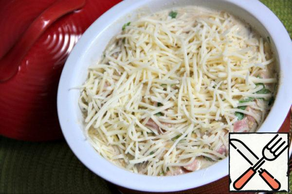 Lightly grease the ceramic mold with oil, put the whole mixture into it and sprinkle with a small amount of grated cheese. Close the form with a lid or foil and place in a preheated oven for 15 minutes. After that, remove the lid (foil), reduce the heat to 180*C, sprinkle with grated cheese again and bake until the cheese is rosy.
