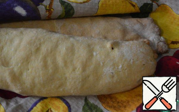 Ready strudel optionally can be sprinkled with powdered sugar.