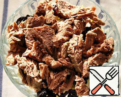 On prunes lay boiled, cooled and sliced beef, add the sauce.