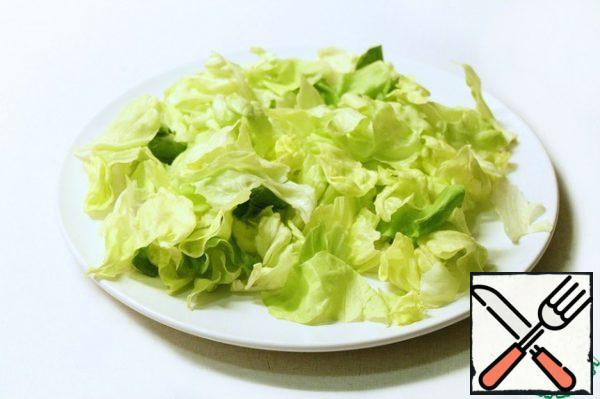 Pre-washed and cut/torn into small pieces lettuce put on a plate. At this stage I added a little more salt.A small lyrical digression: I did 2 servings, ie all that is specified in the ingredients divided by 2 and laid out on 2 plates in layers. But then I thought that I was very overreaching and salad would be enough for 3-4 portions. Well, depends on what the consumers, of course:) And yet: layers, of course, beautiful, but if the beauty you are not chasing, all the ingredients you can just mix in a salad bowl and do not suffer.