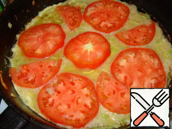 Put on top, for example, chopped tomato, reduce heat, cover and hold on fire until ready. Can be baked in the oven or slow cooker.