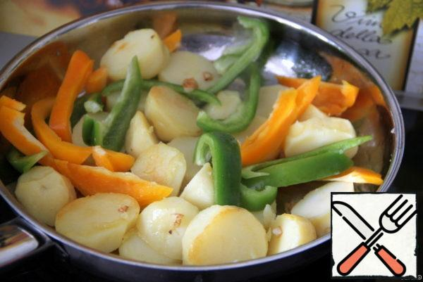 Add prepared potatoes and sweet peppers, cut into thin strips. Let the vegetables brown on all sides.