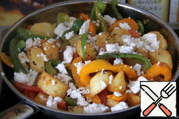 Season the vegetables in a pan with sweet paprika powder, salt, oregano and mix gently. Add strips of tomatoes and crumbled cheese or feta.