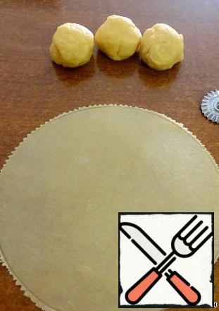 Divide the dough into 4 equal parts. Roll out one by one each part for the form 20 cm.