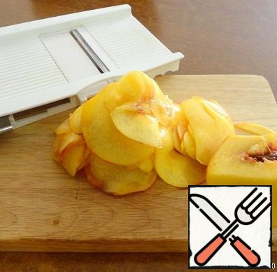 We cut thinly peaches, I used cutting, so it is more convenient and faster.