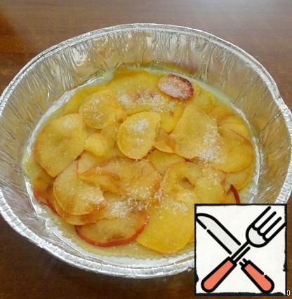 Form grease with butter. Lay the first sheet, grease with melted oil. Next, stack the sliced peaches, sugar sprinkles them.