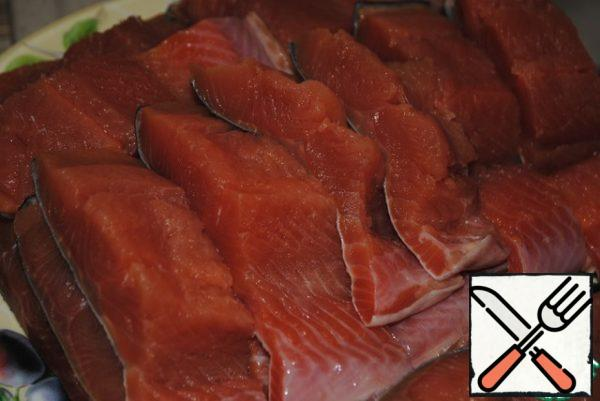 Pink salmon eat only under marinade or in batter, because the fish is dry, and if it just fry, that is impossible.Clean the fish, remove the bones and cut into portions of any shape convenient for you.