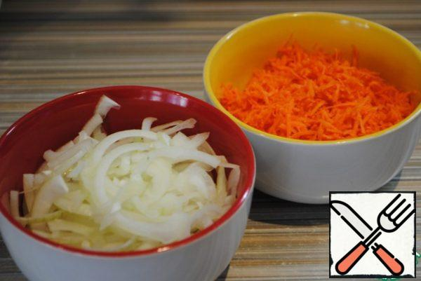 Immediately cut the onion into half rings and grate the carrots on a medium grater.