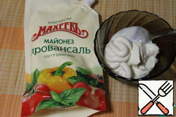 Prepare the sauce by mixing mayonnaise and natural yogurt.