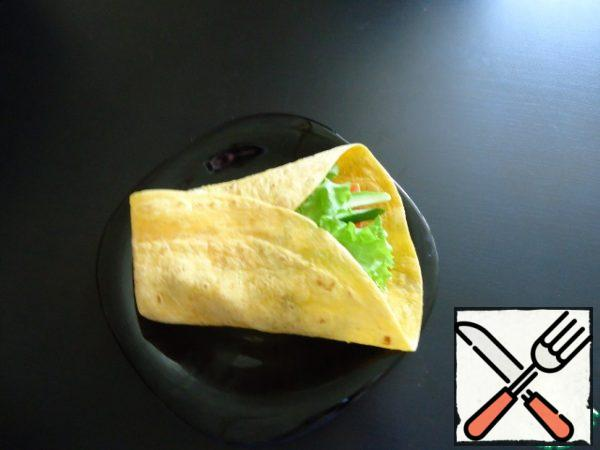 Here use ready-made tortillas you get at the supermarket. In a pack of 6 PCs, I usually use 4 PCs. There are just wheat, cheese and tomato. I like cheese ones best. Prepare all the ingredients. Chicken fillet cut into pieces of 2-4 cm and fry in a small amount of oil with curry and pepper mixture.