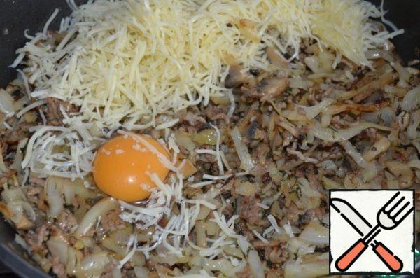 Then add the grated cheese, egg and mix well. The beef pie is ready!