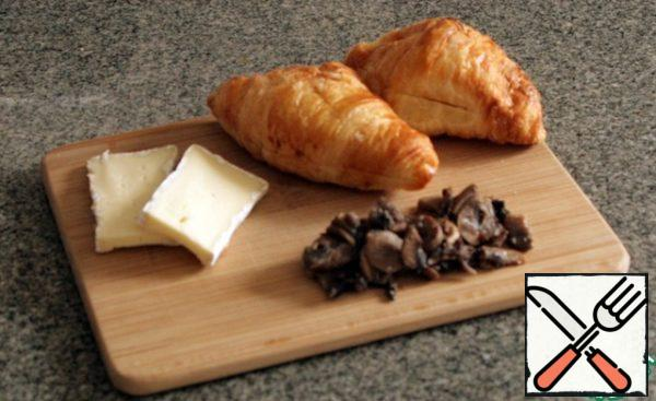 Mushrooms fry without oil, if with oil, then spread out on a paper towel. Cheese cut into plates, croissants incision.