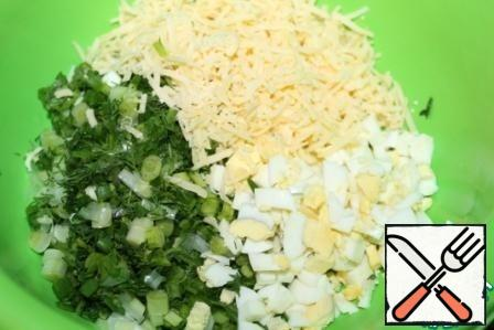 Mix greens, eggs and cheese, if the cheese is not very salty, you can add a little salt, stir.