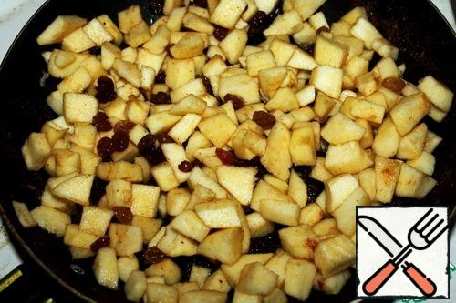 Apples and nuts are finely chopped. Put 3-4 tablespoons of sugar in the pan, add 2 tablespoons of water. First add apples, then raisins, then nuts and cinnamon. Caramelize for 10-15 minutes on low heat.