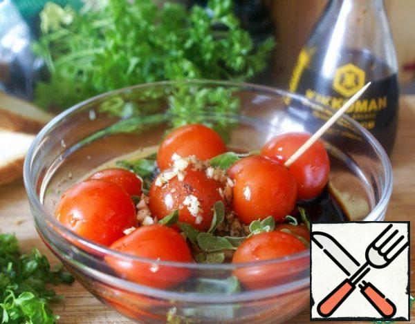 Cherry tomatoes chop in several places with a toothpick, so that the marinade is better absorbed, and marinate in a mixture of soy sauce, vinegar, crushed garlic and herbs with the addition of freshly ground black pepper. The longer tomatoes are marinated-the better.