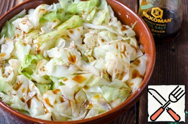 Boil cabbage in salted boiling water for about 5 minutes. Throw in a colander and allow to drain excess water. Put the cabbage in a greased, heat-resistant form. Pour 3 tablespoons of soy sauce.