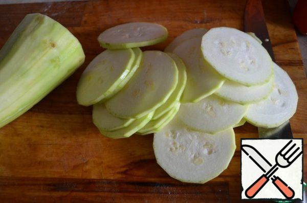 Zucchini and tomatoes cut into thin slices. The thinner you slice, the sooner our dish will be cooked.
