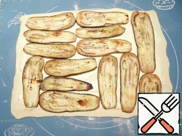 Spread the dough with mascarpone, half of the eggplant slices.