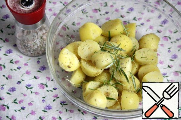 Pre-boiled in their skins peel the potatoes (the young can not be cleaned), salt sea salt and add the rosemary needles.