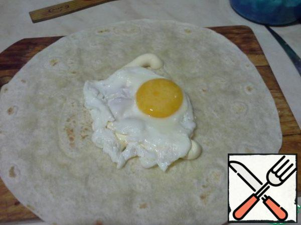 Put the finished egg on a tortilla, add a little salt.