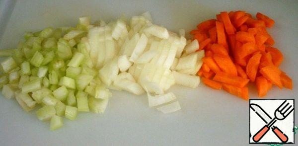 Peel and wash the carrots, celery and onion. Cut all the bars.