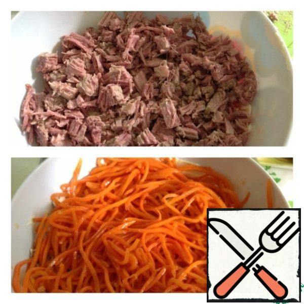 Next, a layer of finely diced meat and a thin layer of mayonnaise, Korean carrots in turn, and also a thin layer of mayonnaise.