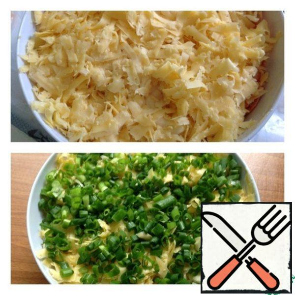 Cheese grate on medium grater and put the Korean carrot, not proslaivaet. Top finely chopped green onions.
