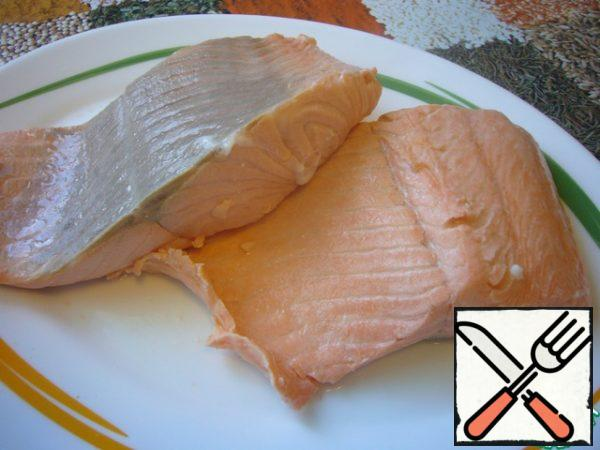 Put the trout fillet in boiling salted water, bring on high heat to a boil, immediately remove from heat. Put the skimmer on a dish, let cool slightly.