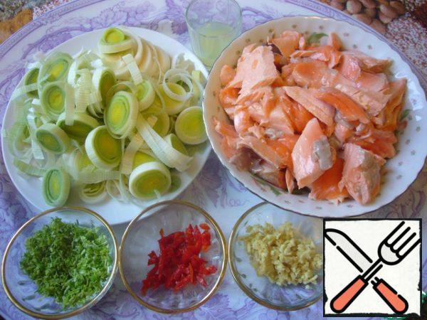 Disassemble the cooled fish into small pieces, ginger crush, pre-cleaned, cut Chile into thin strips or rings. With lime peel off the grater, squeeze the juice.