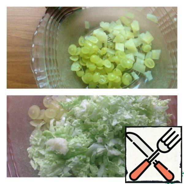 Pineapples cut into small cubes, grapes roundels. Cut Chinese cabbage into strips (only the green part), garlic skip through the press.