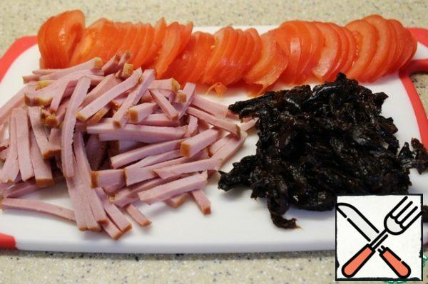 Cut ham and prunes into strips, tomatoes-in half, then thin slices.
