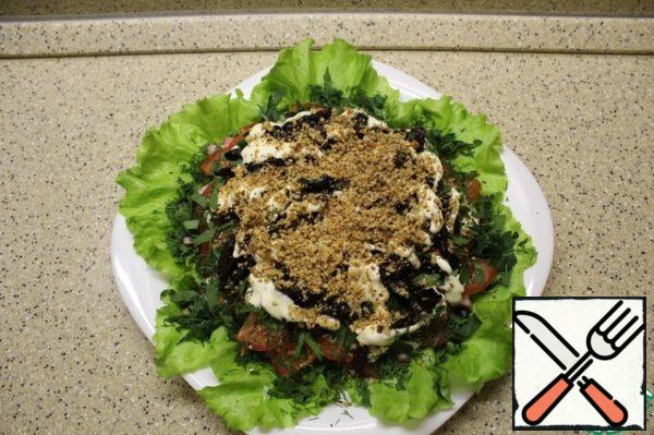 I finish with a layer of walnuts. When serving, sprinkle additional greens on the edges of the salad and a few pieces prunes stuffed with nut kernels.
