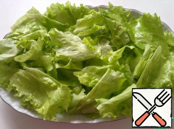 Take a salad dish, it tear the lettuce, pre-washed and dried.