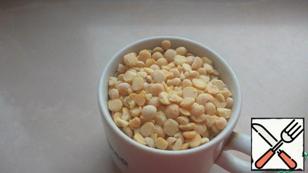 Peas and millet are taken in equal quantities. I measure 100 grams of a Cup of coffee. Measure peas.