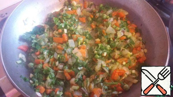 When the carrots and onions are fried, add the greens and chopped garlic. I put garlic instead of garlic ramson. Add black pepper. Fry further no more than 2 minutes so as not to lose the aroma of fresh herbs.