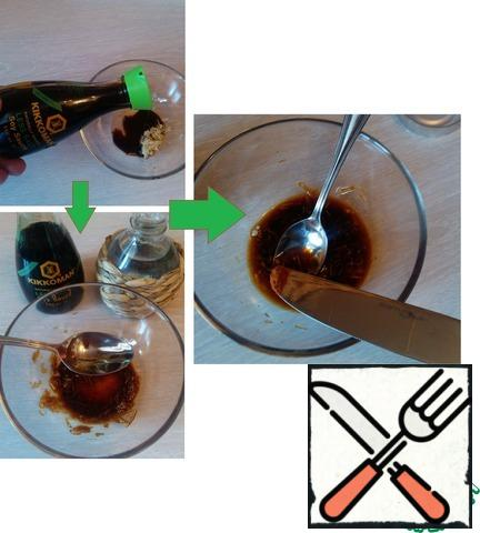 Mix soy sauce and crushed garlic. Pour in the vinegar, mix well. Add red hot pepper.