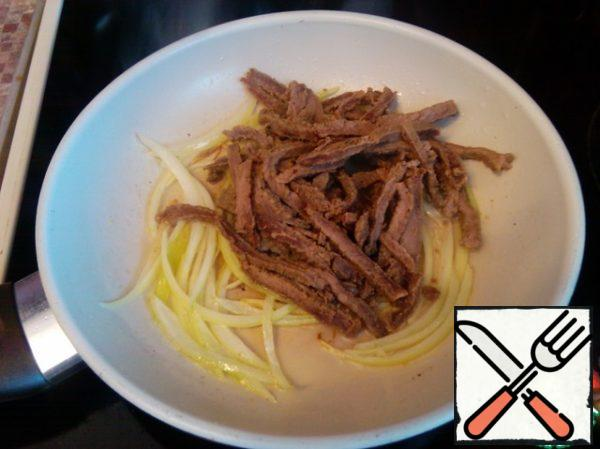 Add the chopped beef to the onion and fry for another 1 minute.