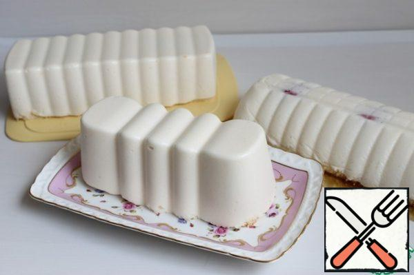 After a time, we take out and remove the form. I have 3 of these cakes. Put it in the freezer. While doing the glaze.
