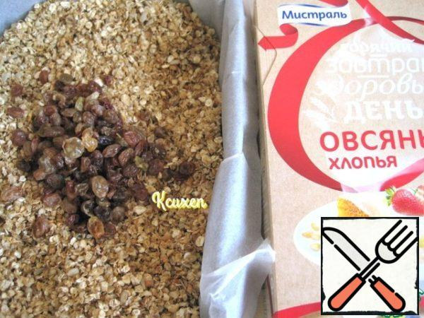 Raisins pour hot drinking water and leave for a while until baked granola. 2-3 minutes before the granola is ready, with raisins, salt the water, dry it and add to the granola. Return the pan to the oven for another 2-3 minutes. Granola's ready. Let it cool completely and put it in a lockable storage container.