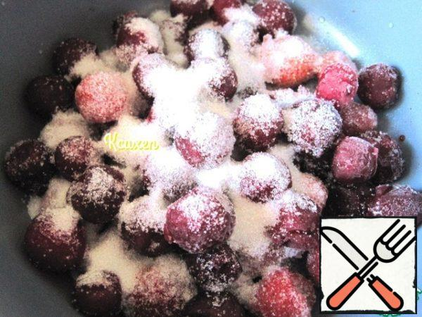 For the berry layer: put the frozen berries in a saucepan, cover with sugar, add vanilla, bring to a boil and boil for 5 minutes. Gelatin dissolve in a water bath, filter.