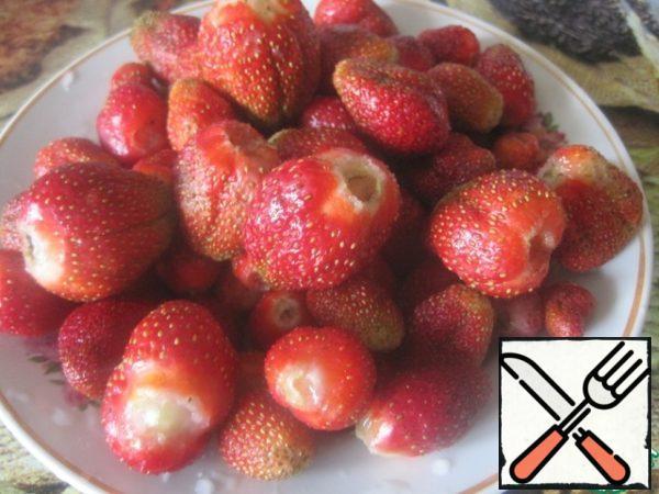Strawberries wipe through a blender, filter through a fine sieve.