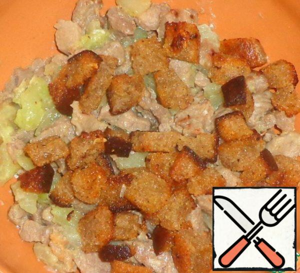 Cut the bread into cubes and fry in a pan with the addition of vegetable oil - until Golden brown. Cool. Add the crackers to the salad.