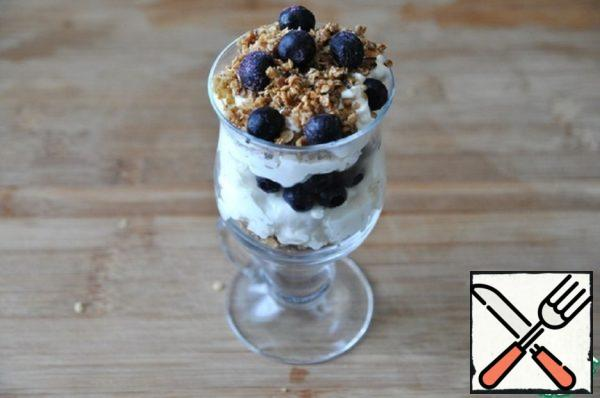 Parfait with Blueberries and Caramelized Flakes Recipe