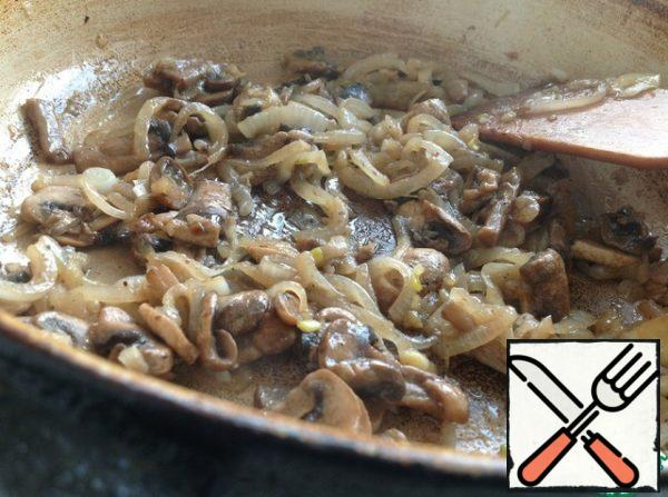 For the filling. Mushrooms cut into slices, onion half-rings. Sauté onions until Golden brown, add mushrooms, fry for 5 minutes, stirring constantly.